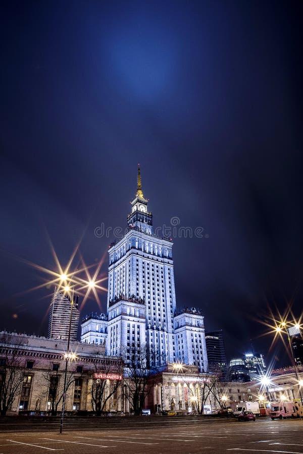 Hohes Gebäude Mitte der Warschau-Nachtstadt Warschau polen Polska Palast der Kultur und der Wissenschaft lizenzfreie stockbilder
