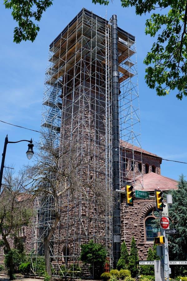 Hohes Gebäude-Turm-Reparatur mit Baugerüst stockbilder