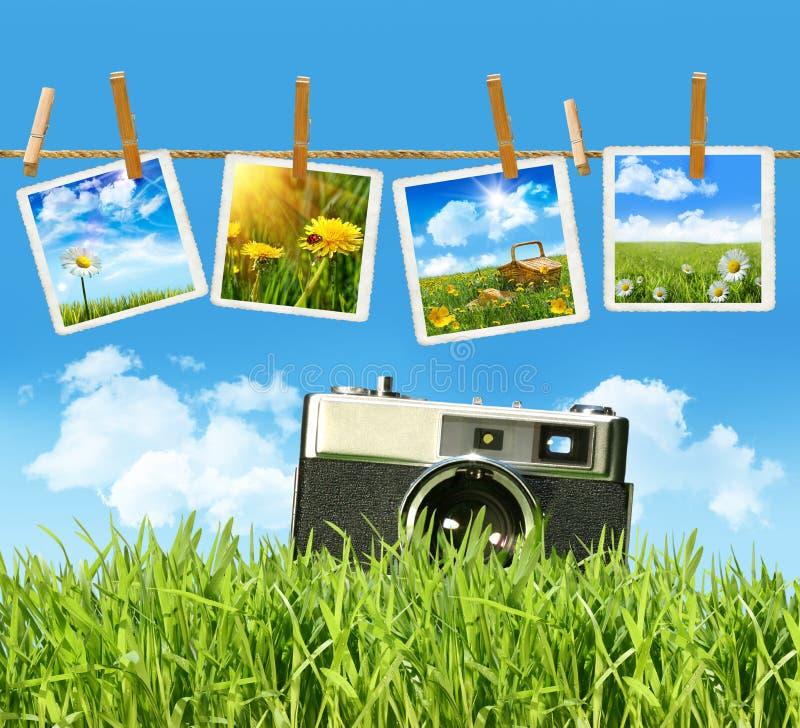 Hohes Gras mit alter Weinlesekamera und -abbildungen lizenzfreie stockfotos