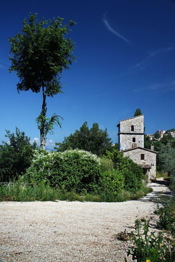 Download Hohes Haus und Baum stockbild. Bild von feld, architektur - 47101091