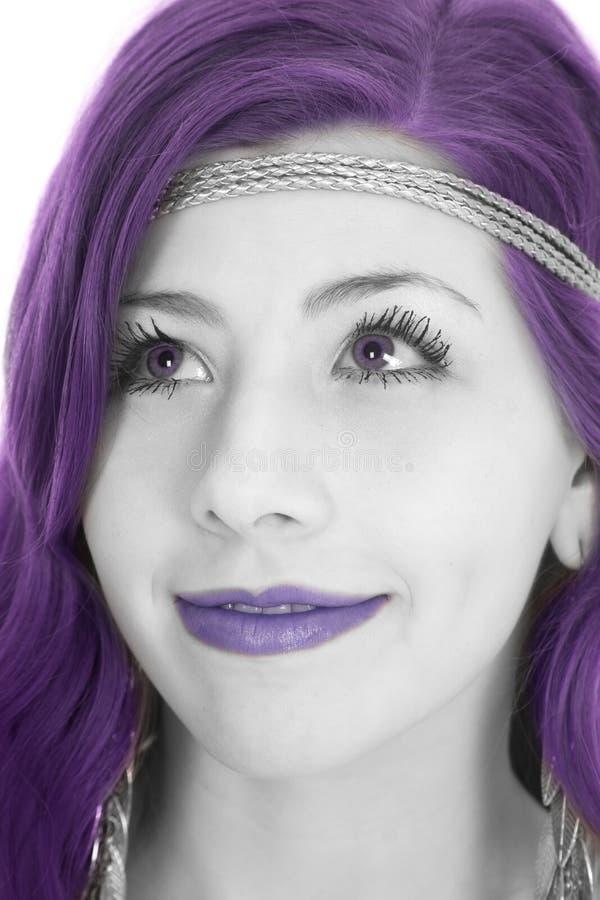 Hohes Lächelnpurpur des Frauenstirnbandgenauen blicks lizenzfreie stockfotografie