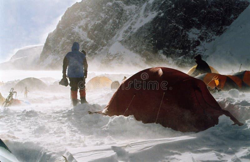 Hohes Lager auf dem Khan-Tengri lizenzfreie stockfotos