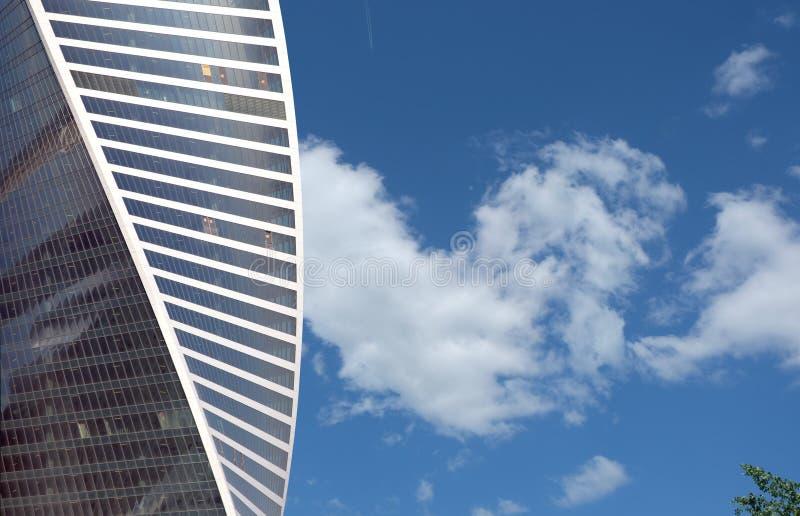 Hohes modernes Bürogebäude über blauem Himmel mit Wolken lizenzfreie stockfotografie
