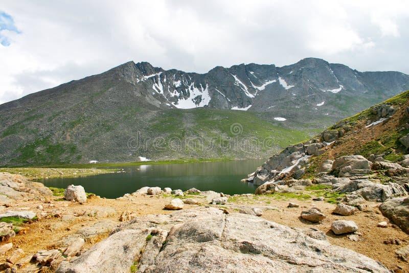 Hohes Mountainsee mit Berg im Hintergrund stockfotos