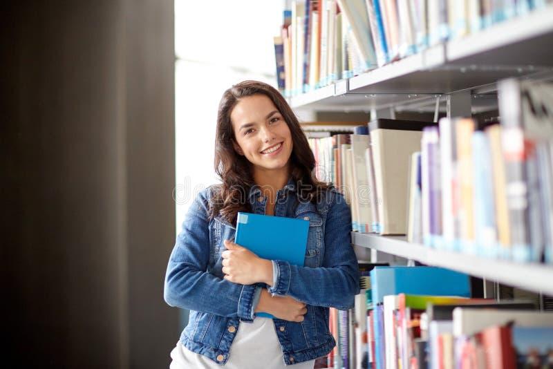 Hohes Schülermädchen-Lesebuch an der Bibliothek stockbild