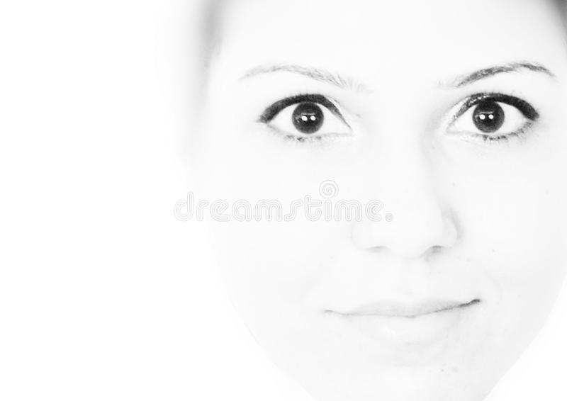 Hohes Schlüsselschwarzweiss-Porträt eines tragenden Eyeliners des Mädchens lizenzfreie stockbilder