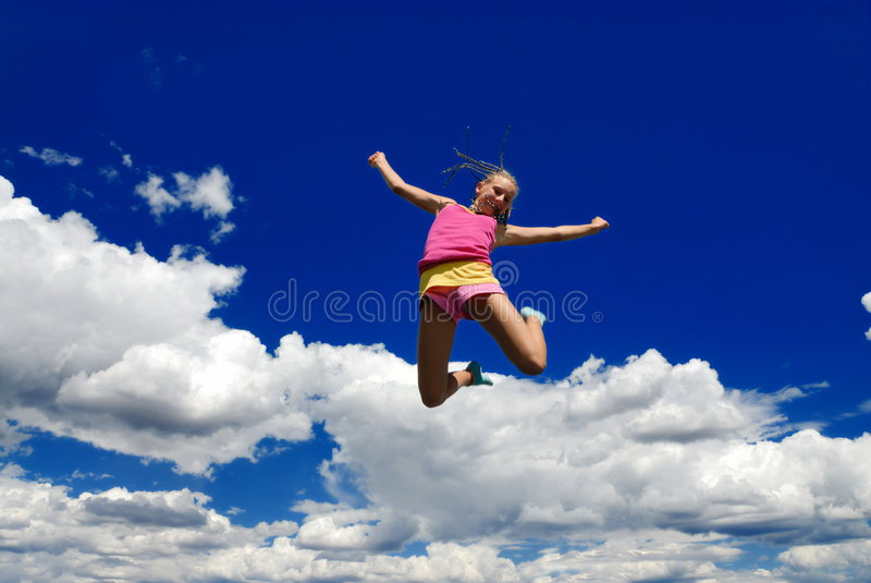 Hohes springendes Mädchen lizenzfreie stockfotografie