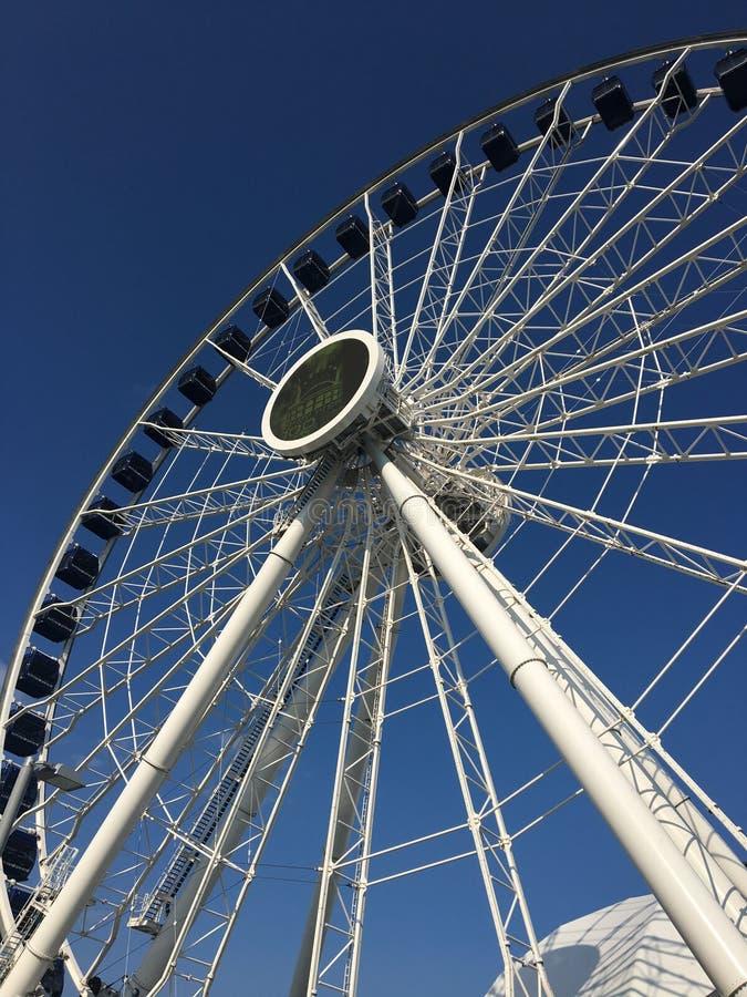 Hohes weißes Riesenrad lizenzfreie stockfotografie