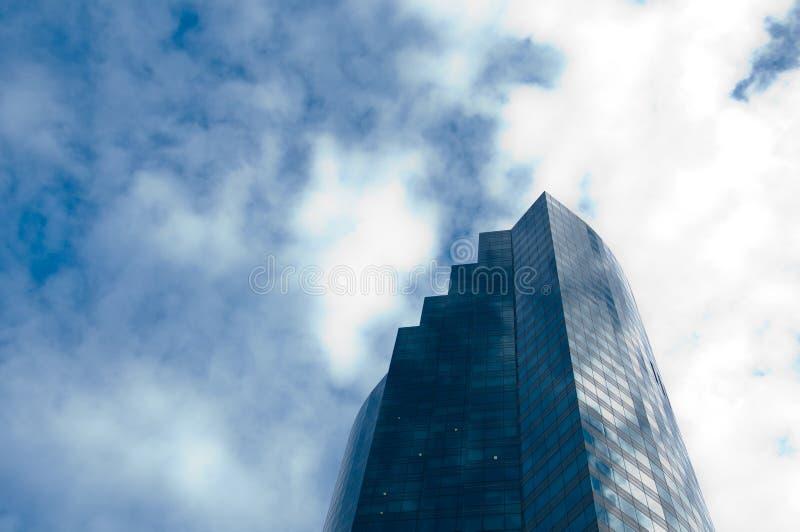 Hohes Wolkenkratzerbürogebäude mit bewölktem blauem Himmel lizenzfreie stockfotografie