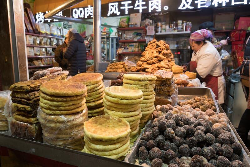 Hohhot, Chiny, handlarza sprzedawania specjalny język arabski wpływał foods zdjęcia stock