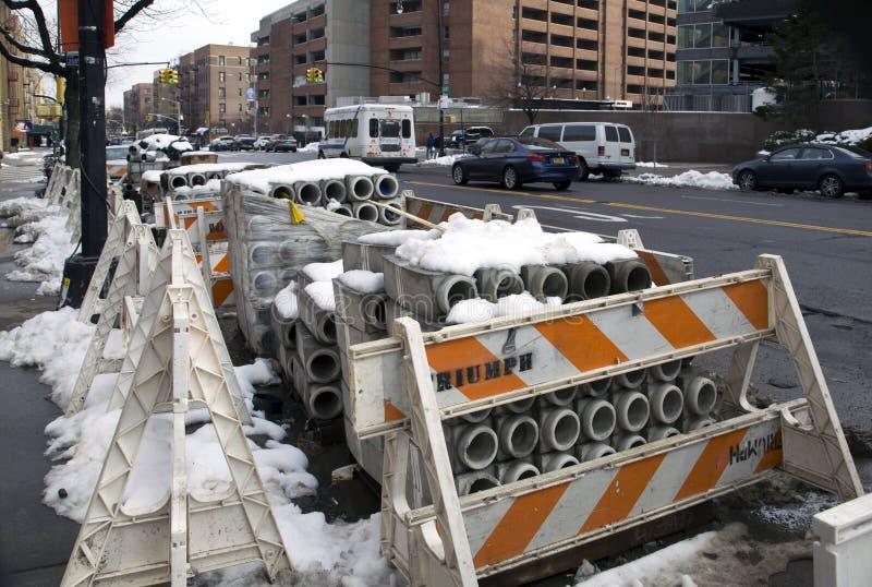 Hohle Betonblöcke benutzt im Bau gelegt auf Straße lizenzfreie stockfotos