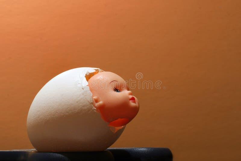 Hohles Oberteil vom Ei mit dem Kopf der Puppe nach innen stockbild