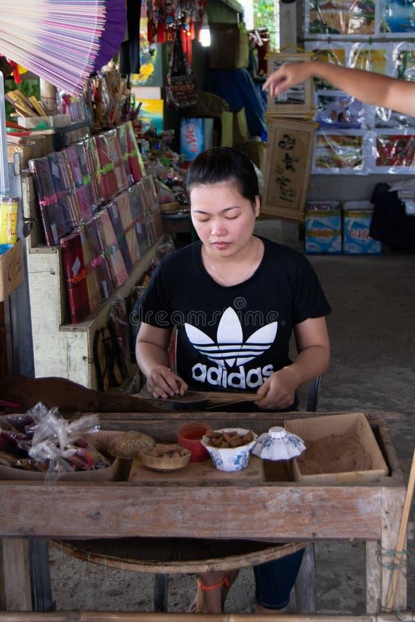 Hoi, Вьетнам, 30-ое октября 2016: женщина в artisanal фабрике делая ручки ладана стоковые фото