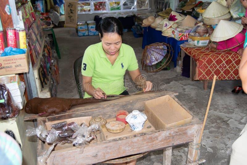 Hoi, Вьетнам, 30-ое октября 2016: Молодая женщина делая вручную ручки ладана стоковое фото rf