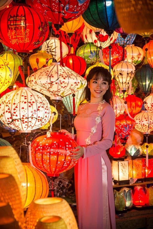 Hoi An - de stad van Chinese lantaarns Bruid het stellen voor beelden met lantaarns stock foto's