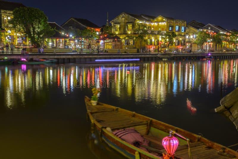 Hoi en forntida stad i Vietnam på natten arkivbilder