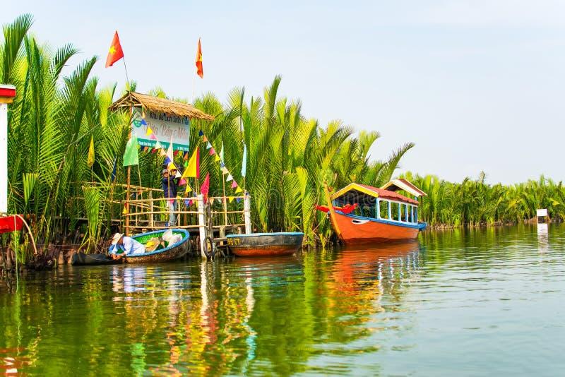 HOI, QUANG NAM, VIETNAM, 26 April, 2018: De toeristen bezoeken het bos van de waterkokosnoot in Hoi An royalty-vrije stock afbeeldingen