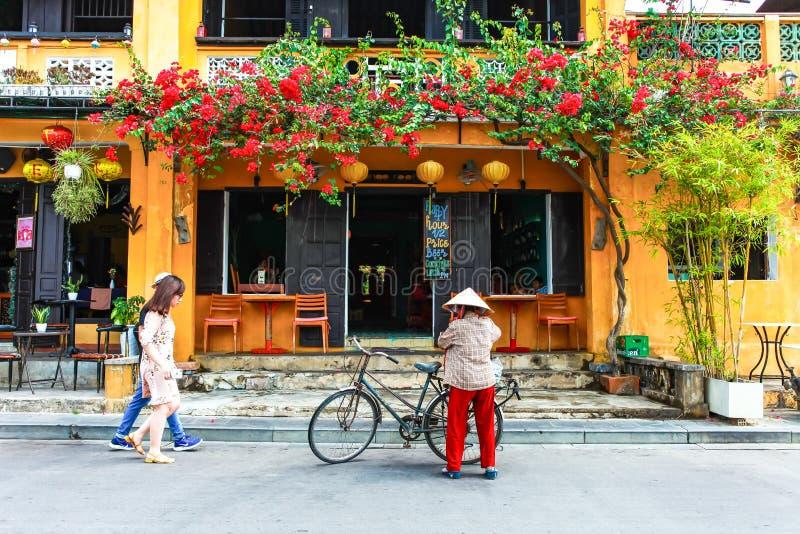 HOI, QUANG NAM, VIETNAM, April 26th, 2018: Gatasikt med gamla hus i Hoi An den forntida staden, UNESCOvärldsarv Hoi An är arkivbilder