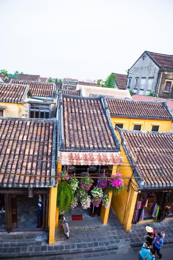 HOI, QUANG NAM, VIETNAM, April 26th, 2018: Trevlig sikt med mycket gamla hus med taktegelplattor på överkanten av den Hoi An stad royaltyfria foton