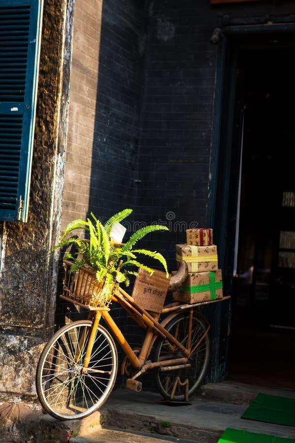 HOI, QUANG NAM, VIETNAM, el 26 de abril de 2018: Mañana en la ciudad antigua de Hoi An con la bicicleta romántica foto de archivo libre de regalías