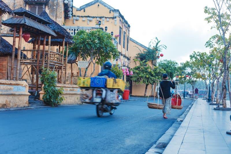 HOI, QUANG NAM, VIETNAM, EL 20 DE SEPTIEMBRE DE 2018: La gente de Vietnam, vietnamitas monta la bicicleta encendido durante la sa imágenes de archivo libres de regalías