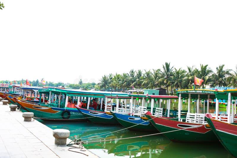 HOI, QUANG NAM, VIETNAME, o 26 de abril de 2018: Opinião do rio sobre Hoi An com os barcos tradicionais em Vietname fotografia de stock