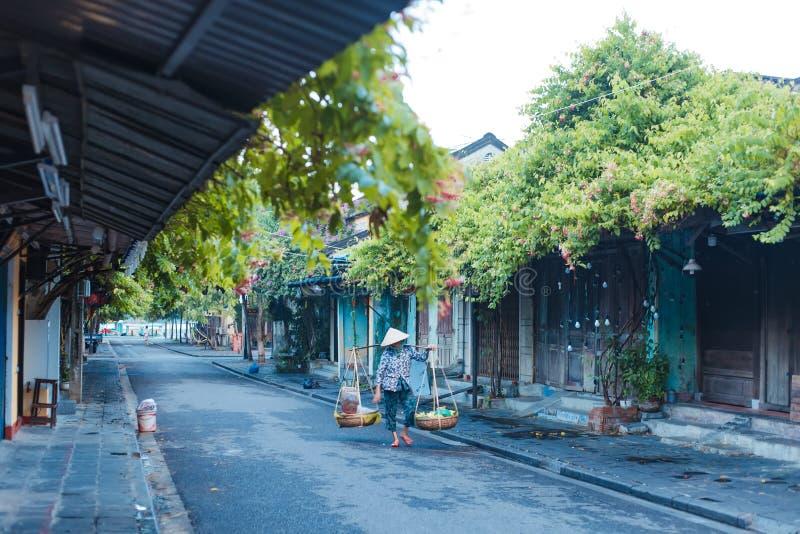 HOI, QUANG NAM, VIETNAME, O 20 DE SETEMBRO DE 2018: Vendedor de rua vietnamiano da mulher no hoi Vietname na cidade antiga Hoi An fotografia de stock royalty free