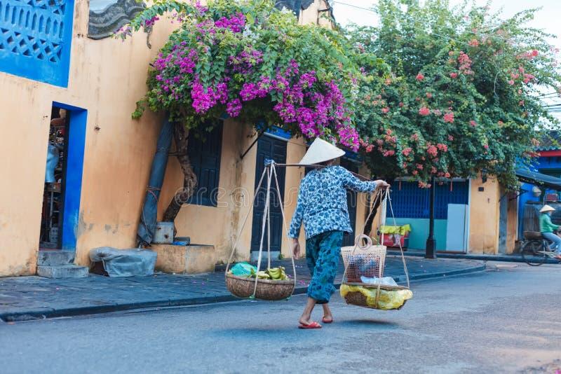 HOI, QUANG NAM, VIETNAME, O 20 DE SETEMBRO DE 2018: Vendedor de rua vietnamiano da mulher no hoi Vietname na cidade antiga Hoi An fotos de stock