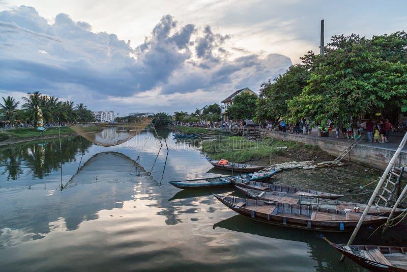 HOI, VIETNAM - CIRCA AGOSTO DE 2015: Barcos de pesca en la ciudad vieja Hoi An, Vietnam foto de archivo