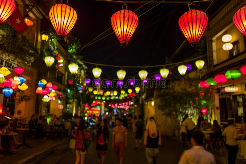 Hoi An, Vietnam - 19 de abril de 2018: La gente camina debajo de las linternas en la ciudad vieja de Hoi An imagen de archivo