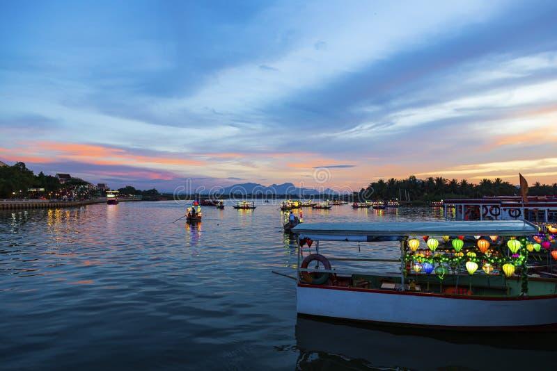 Hoi An , Vietnam - 25 DE JUNHO DE 2019 : Hoi An Antiga Town riverside view com os tradicionais Boats, Hoi An é reconhecida como U imagens de stock