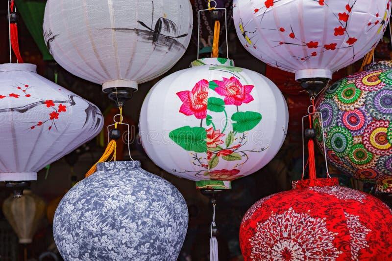 HOI, VIETNAM - 17 DE MARZO DE 2017: Linternas de seda vietnamitas coloreadas fotos de archivo