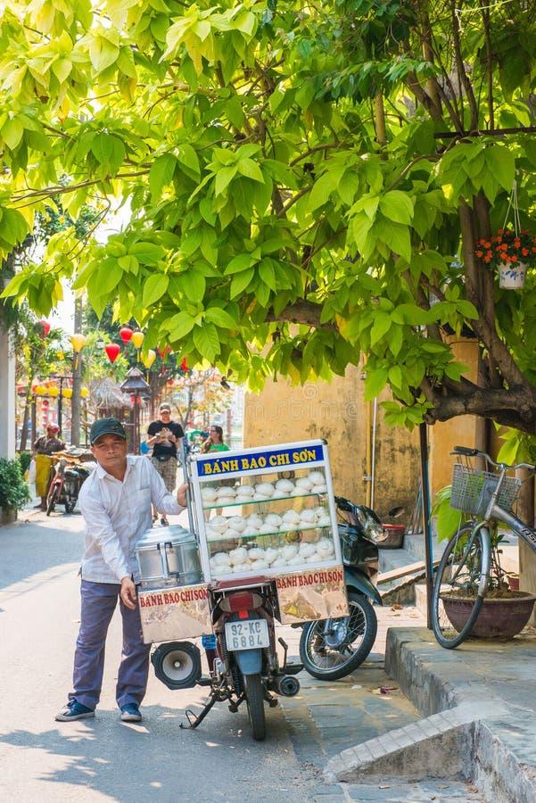 Hoi An - Vietnam 16 de marzo:: tienda de alimentos móvil cocida al vapor de la bola de masa hervida adentro fotos de archivo