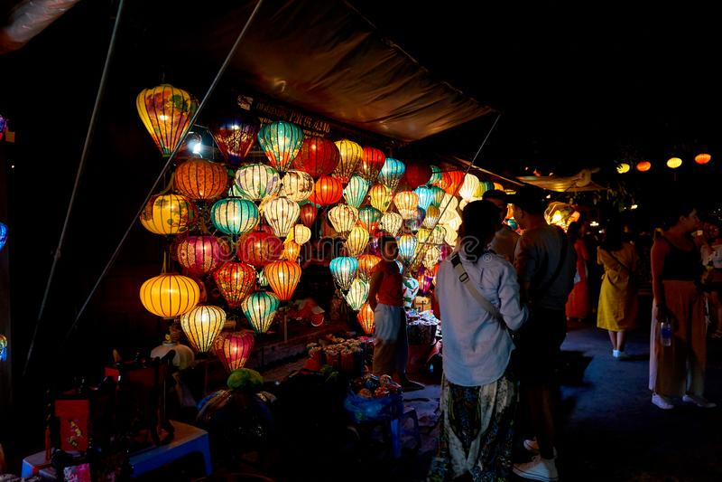 Hoi An Vietnam 19 06 19: De mensen bezoeken nachtmarkt in Hoi met kleurrijke lantaarns stock afbeelding