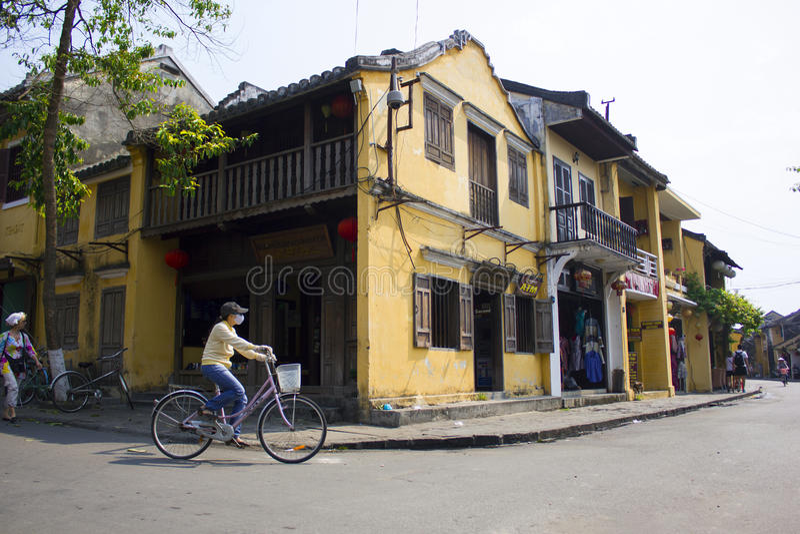 HOI, VIETNAM em março de 2015 - Hoi é uma cidade calma e muita casa original Todos ama Hoi, Vietname fotos de stock