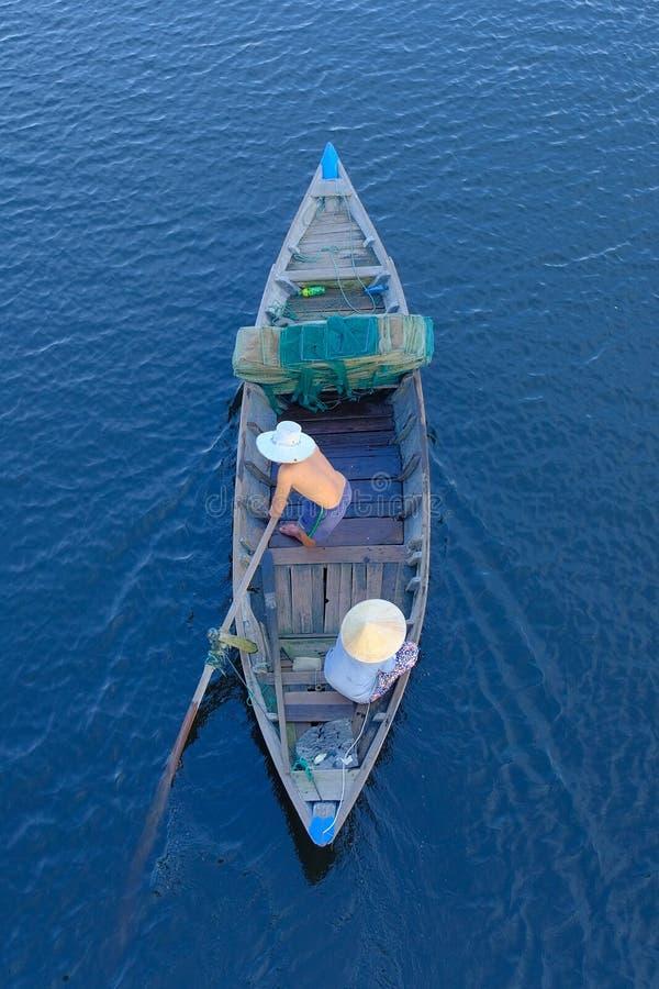 Hoi An/Vietnam, 12/11/2017: Hoogste mening van een traditionele boot met lokale Vietnamese vissers die door Hoi An, Vietnam padde stock afbeeldingen