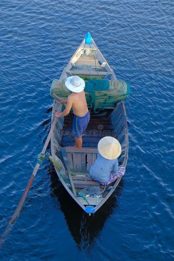 Hoi An/Vietnam, 12/11/2017: Hoogste mening van een traditionele boot met lokale Vietnamese vissers die door Hoi An, Vietnam padde royalty-vrije stock afbeelding