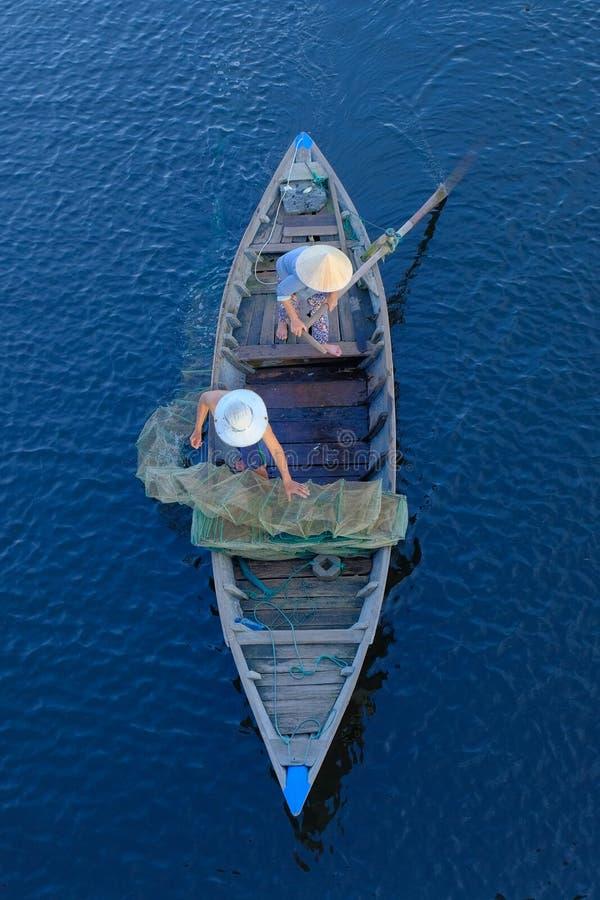 Hoi An/Vietnam, 12/11/2017: Hoogste mening van een traditionele boot met lokale Vietnamese vissers die door Hoi An, Vietnam padde royalty-vrije stock foto's