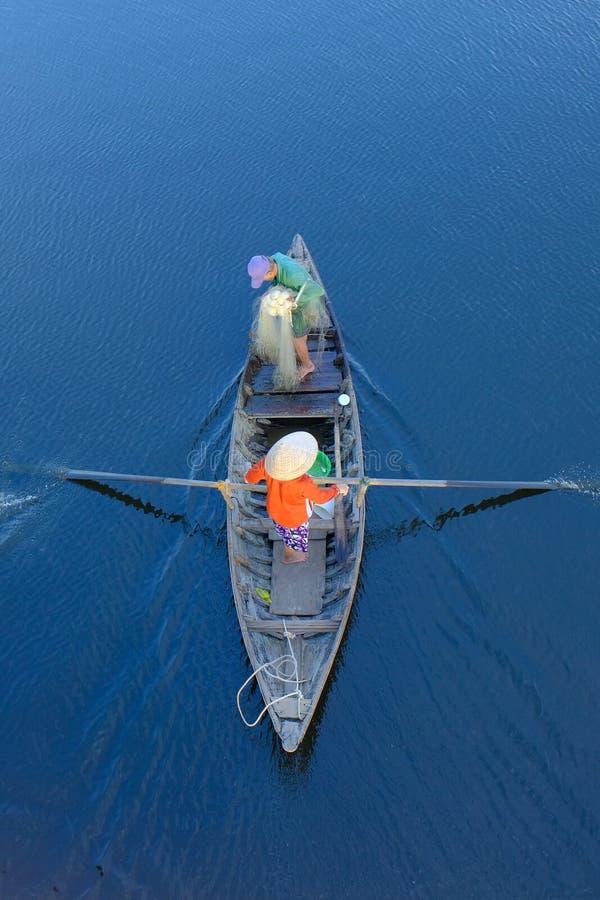 Hoi An/Vietnam, 12/11/2017: Hoogste mening van een traditionele boot met lokale Vietnamese vissers die door Hoi An, Vietnam padde stock foto's