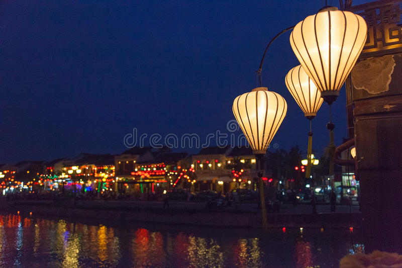 Hoi An, Vietnam, lyktor och nattflodreflexioner royaltyfri foto