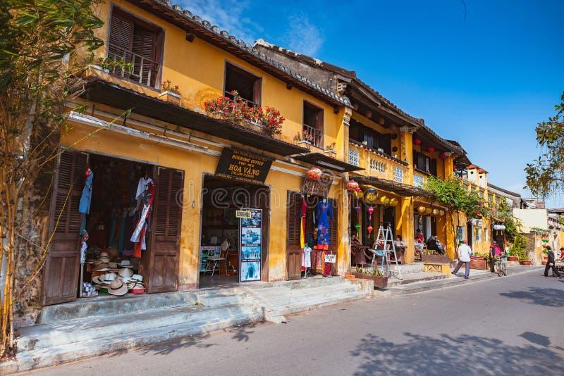 HOI, VIETNAM - MAART 15, 2017: De groep mensen reist de oude stad van Hoian, oud huis, de erfenis van het land stock foto's