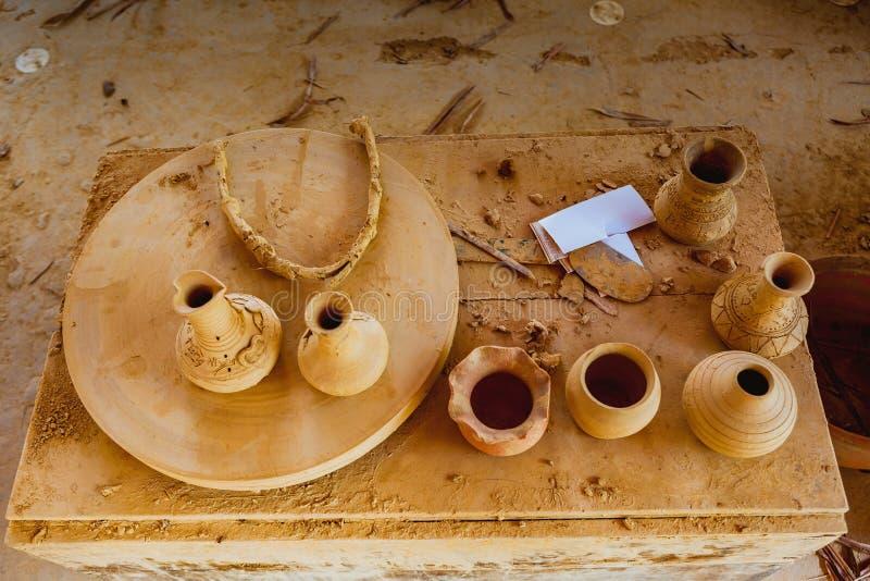 HOI, VIETNAM - 19 MARS 2017 : Les substances de poterie sont séchées au soleil en Thanh Ha Pottery Village image stock