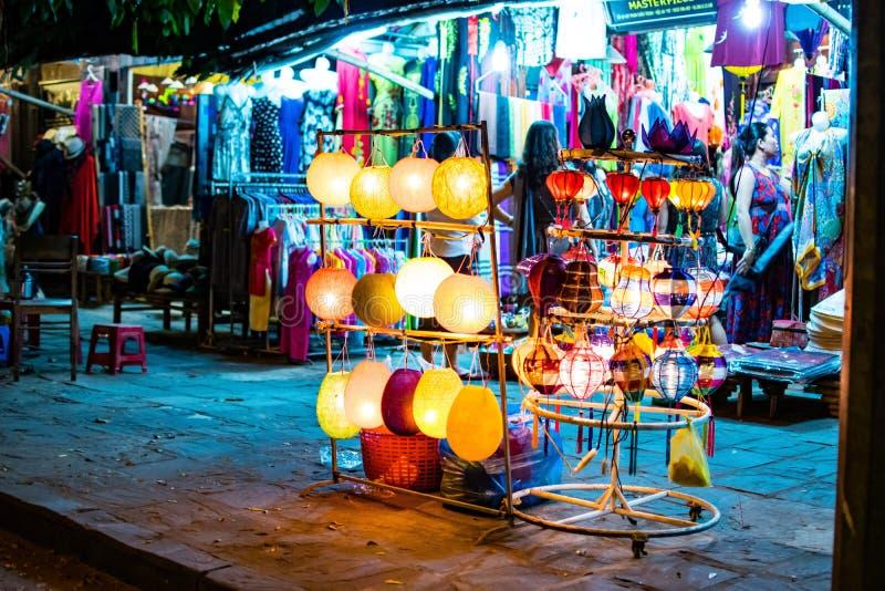 HOI, VIETNAM - 17 MARZO 2017: Il deposito tradizionale delle lanterne in Hoi An, Vietnam, Hoi una città antica è riconosciuto fotografie stock libere da diritti