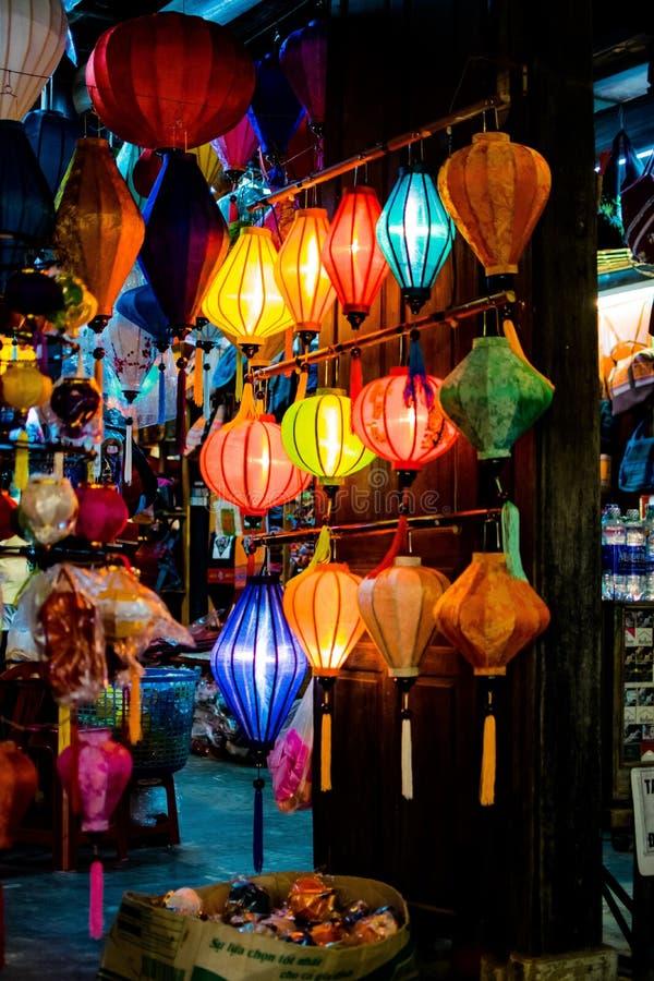 HOI, VIETNAM - 17 MARZO 2017: Il deposito tradizionale delle lanterne in Hoi An, Vietnam, Hoi una città antica è riconosciuto fotografia stock