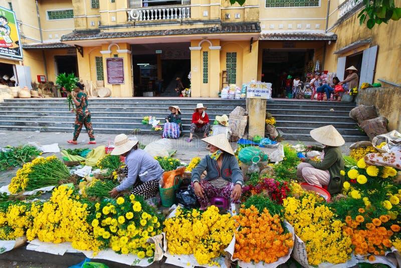 Hoi An, Vietnam - 12 Mei 2014: Niet geïdentificeerde bloemverkopers bij de Hoi An-markt in Hoi An Ancient Town stock foto