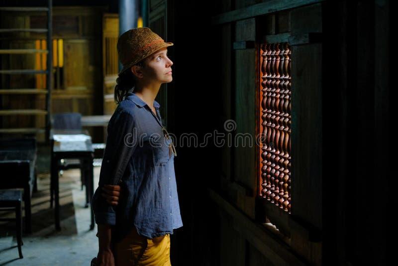 Hoi An/Vietnam, 11/11/2017: Situación turística femenina en el interior de madera oscuro de una casa tradicional Tan Ky en Hoi An fotos de archivo
