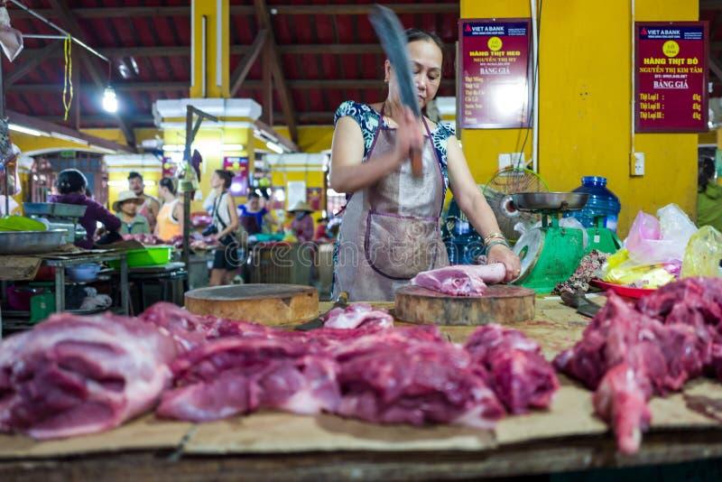 Hoi An, Vietname - 20 de abril de 2018: Os vendedores ambulantes vendem a carne no mercado de carne em Hoi An imagens de stock royalty free