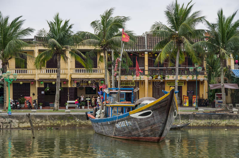 HOI, VIETNAME - 7 de janeiro de 2015: Barcos tradicionais em Hoi An fotografia de stock