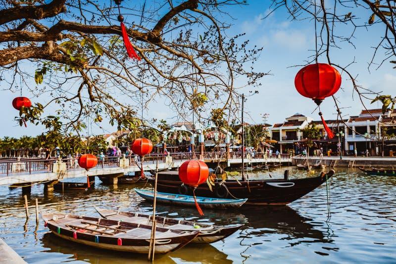 HOI, VIETNAME - 15 DE MARÇO DE 2017: Ponte com decoração de lâmpadas e de barco sobre o rio de Hoai na cidade antiga Quang Nam Vi fotos de stock royalty free