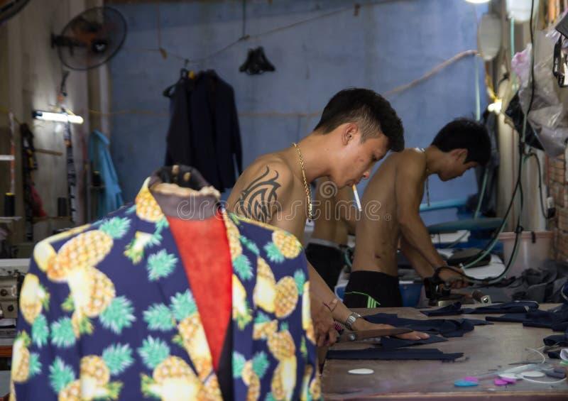 Hoi An, Vietname - em junho de 2017: costure a fatura da roupa na fábrica de matéria têxtil em Hoi An, Vietname imagem de stock